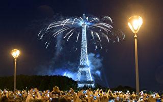 組圖:法國巴黎鐵塔燦爛煙火慶祝國慶