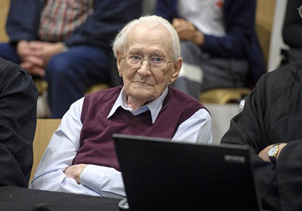 2015年7月15日,德国吕讷堡,94岁前纳粹分子Oskar Groening被判处四年徒刑,罪名是协助谋杀,他应对30万犹太人的死负责。被告在集中营负责记账,法官认为,法律上讲,这已经构成了协助谋杀罪。 (Hans-Jurgen Wege/Getty Images)