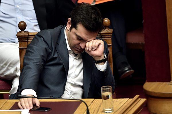 希腊国会针对欧元区主导的新版纾困方案进行审议,总理齐普拉斯于7月17日对内阁进行小幅改组,撤换了议会投票中反对紧缩协议的内阁成员,新版纾困方案才安全过关。(ARIS MESSINIS/AFP/Getty Images)
