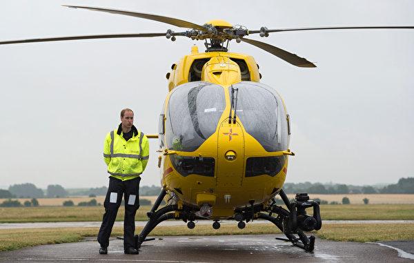"""曾担任皇家空军搜救队直升机飞行员的英国威廉王子,在完成民用直升机训练课程后,再接受急难救助训练,7月13日正式加入紧急救助慈善单位""""东安格利亚空中救护""""的工作。(Stefan Rousseau/AFP)"""