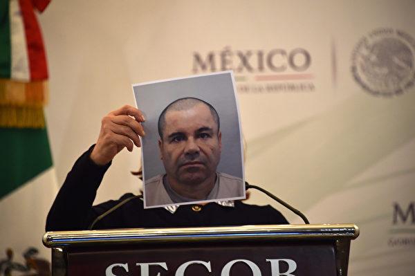 2015年7月13日,墨西哥总检察长Arely Gomez公布了墨西哥大毒枭古斯曼的照片。古斯曼11日深夜疑似买通管理人员,并在狱外同伙接应下成功越狱,导致墨西哥政府颜面无光之后,墨国安全部队12日全力追缉。(YURI CORTEZ/AFP)