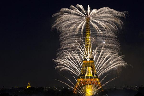 2015年7月14日,烟花照亮了法国首都巴黎艾菲尔铁塔的天空,为法国的国庆(巴士底日)庆祝活动的一部分。(JOEL SAGET/AFP)