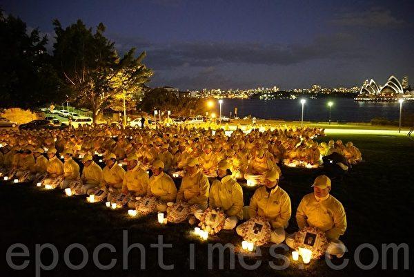 悉尼部分法輪功學員近400百名在悉尼大橋旁的布萊德菲爾德公園(Bradfield Park)以燭光悼念的形式,紀念反迫害16週年。(林亨利/大纪元)