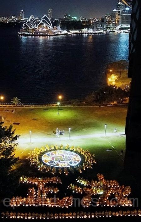 悉尼部分法輪功學員近400百名在悉尼大橋旁的布萊德菲爾德公園(Bradfield Park)排出「正法」兩字,並由人和燈光排出一個彩色的大法輪和光芒。(林亨利/大纪元)