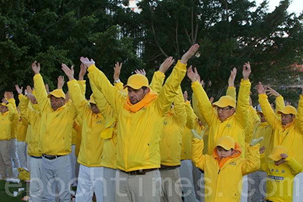 悉尼法輪功學員集會紀念反迫害16週年(何蔚/大紀元)