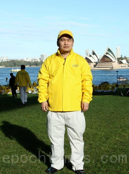 在2004年中共製造的南非槍擊案中受重傷的悉尼法輪功學員梁大衛。(何蔚/大紀元)