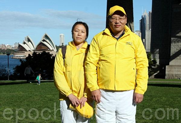 去年才從中國來到澳洲的余曼華和丈夫小張。(何蔚/大紀元)