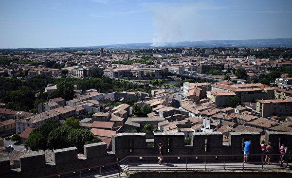從卡爾卡松城堡俯瞰城堡外景色。(STEPHANE DE SAKUTIN/AFP)