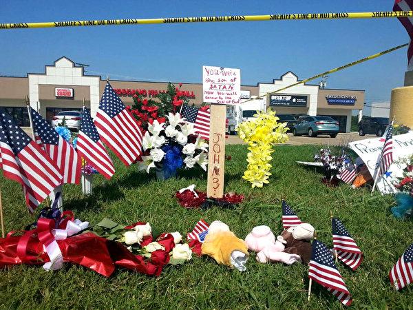 2015年7月17日,田纳西州查塔努加,约旦裔美国公民阿布杜阿济兹,持枪前往两处军事单位开枪,造成海军和陆战队5人丧生,凶嫌在与警方枪战时遭击毙。图为民众摆放鲜花悼念罹难的军人。 (EDEN WOLDEAREGAY/AFP)
