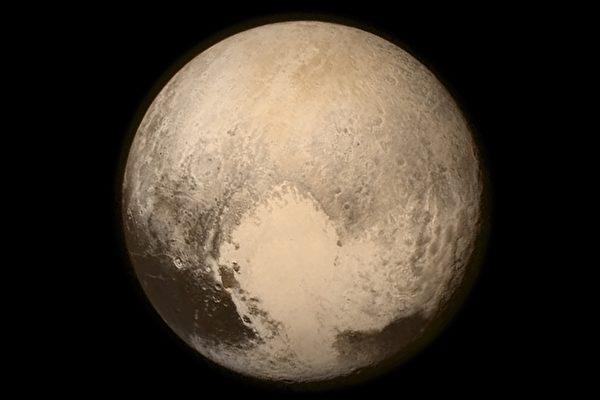 """2015年7月14日,美国国家航空航天局(NASA)发射的""""新地平线号""""(New Horizons)探测器在飞行了近9年,开始人类首次冥王星的探测工作。图为拍摄的冥王星照片。(NASA/APL/SwRI via Getty Images)"""