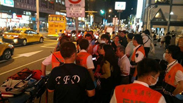 台北捷运中山站20日晚间发生随机伤人事件,4名伤患受伤送医,无生命危险。消防局派出2辆消防车、5辆消防车、16名消防救护员前往救援。(民众提供)