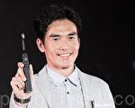 藝人楊一展7月21日在台北出席電動牙刷活動,現場爽快認愛江祖平。(陳柏州/大紀元)