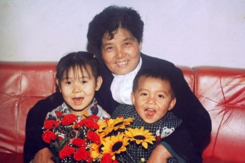 法轮功学员陈子秀(中)。(明慧网)