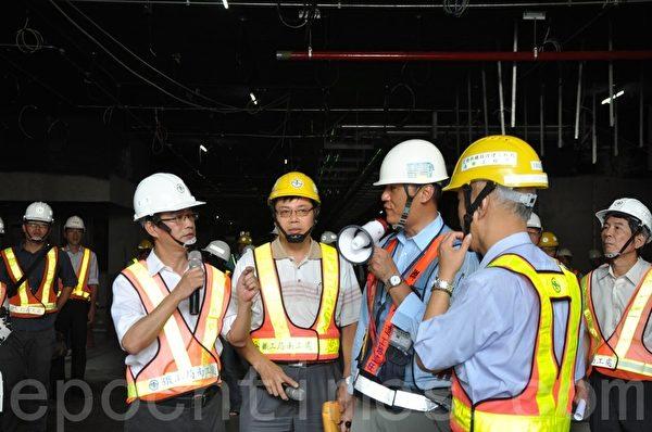 立委李昆泽(左1)会同交通部铁工局长胡湘麟(右1),23日勘查高雄铁路地下化工程。(李晴玳/大纪元)