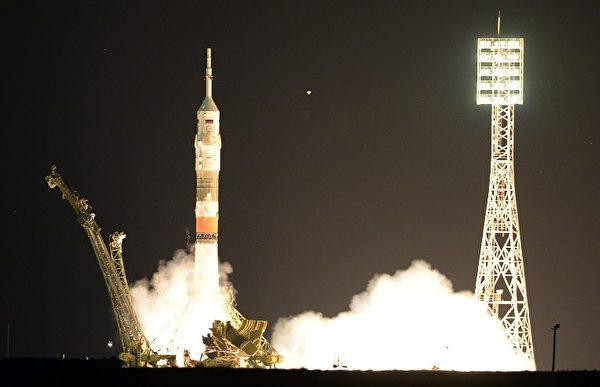 2015年7月23日,哈萨克斯坦拜科努尔航天发射场,联盟号TMA-17M飞船成功发射升空,搭载3名宇航员,分别是美国Kjell Lindgren、日本油井龟美和俄罗斯Oleg Kononenko前往国际空间站。(ALEXANDER NEMENOV/AFP)
