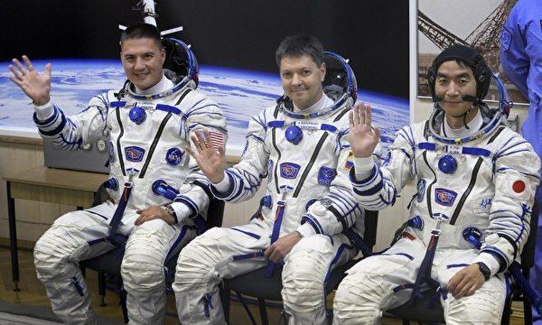美國國家航空航天局工程師林德格倫(左)、俄羅斯宇航員科諾年科(中)、日本工程師油井龜美也(右)。(AFP)