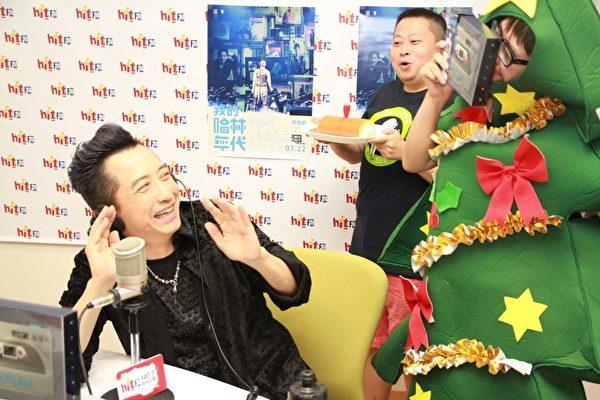 哈林長尾巴,老同事扮聖誕樹密謀慶生。(Hit FM提供)