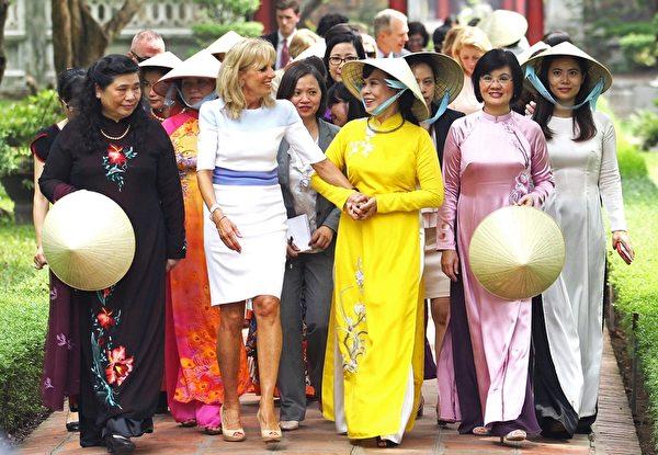 2015年7月20日,美国副总统拜登的妻子吉尔·拜登(左二),与越南国家主席张晋创的妻子Mai Thi Hanh(中)参观在河内的文庙,此次拜登访问越南为期两天。(STR/AFP/Getty Images)