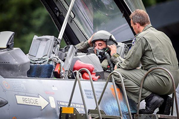 2015年7月20日,比利时国防部长Steven Vandeput(左)准备好试飞F16沙漠隼战斗机。自2014年9月比利时开始参与,派遣六架F-16战斗机和120名人员参与空袭伊拉克。(LUC CLAESSEN/AFP/Getty Images)