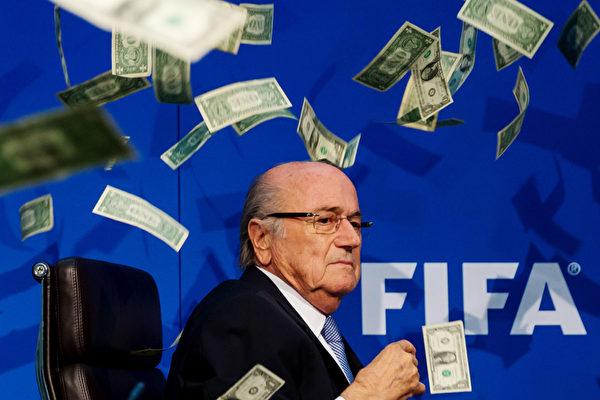 2015年7月20日,瑞士苏黎世,喜剧演员英国演员布洛金(Simon Brodkin)在国际足联总部特别国际足联执委会会议在瑞士苏黎世的新闻发布会期间对国际足联主席布拉特抛出美钞,以讽刺足联的腐败。(Philipp Schmidli/Getty Images)