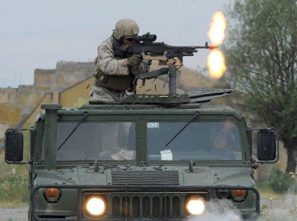 2015年7月21日,格鲁吉亚第比利斯附近的Vaziani军事基地,图为美国海军陆战队参加北约的多国军事演习。(VANO SHLAMOV/AFP/Getty Images)