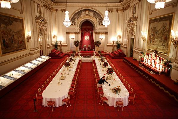 2015年7月23日,英国伦敦白金汉宫,设置在伦敦白金汉宫宴会厅的国宴。此为年度夏季展览会开幕仪式的一部分,去年皇室邀请了62000位宾客到白金汉宫进行国事访问、招待会、游园会、授衔仪式及私人会见。(Peter Macdiarmid/Getty Images)