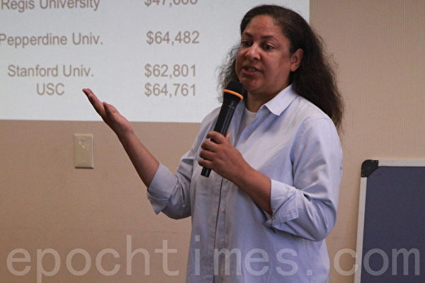 College Aid總裁Stephanie Hancock講解如何獲得獎學金和助學金。(張岳/大紀元)