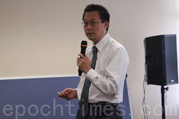 內科醫生Jack Wu為民眾介紹乙肝防治。(張岳/大紀元)