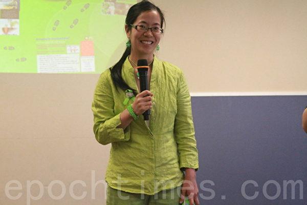 演講嘉賓吳怡萱作如何改善親子關係的演講。(張岳/大紀元)