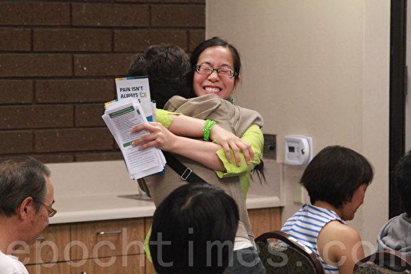 演講嘉賓吳怡萱與家長擁抱致意。(張岳/大紀元)