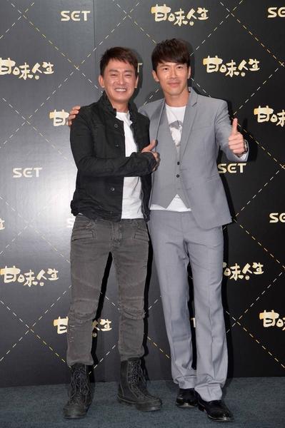 王识贤(左)、黄少祺在《甘味人生》试片会上合影。(三立提供)