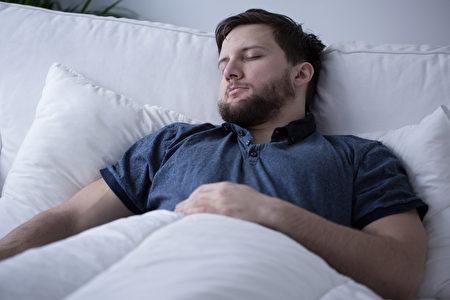 英国一项研究发现,睡眠能增加回想起旧事的能力。图为一名在睡觉的男子。(Fotolia)