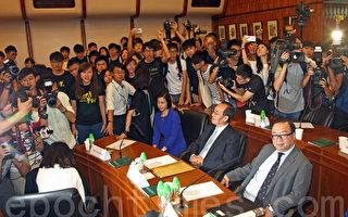 「香港大學黑暗日子」學生抗議梁振英操控