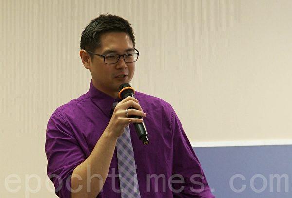 大學升學輔導機構Collegewise的升學顧問托庫哈瑪 (Chris Tokuhama) 7月25日在亞凱迪亞大紀元教育展上說明如何增進學生進入熱門大學的機會。(鄭浩/大紀元)
