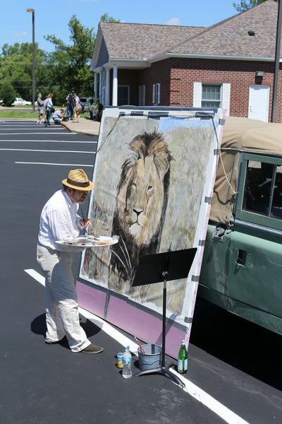 美國富牙醫在津巴布韋獵殺深受民眾喜愛的獅子王,藝術家在停車場牆上,畫了以慘死獅子「塞西爾」(Cecil)為主題的壁畫。(Adam Bettcher/Getty Images)