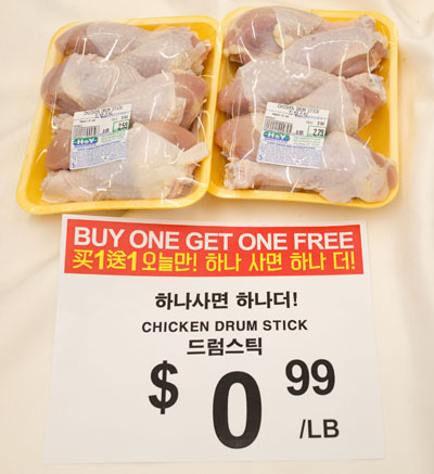 鸡腿,买一盒送一盒。(张学慧/大纪元)