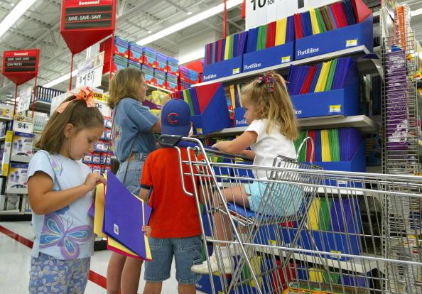 """""""返校季""""开始,家长为孩子准备学习用品(Tim Boyle/Getty Images)"""