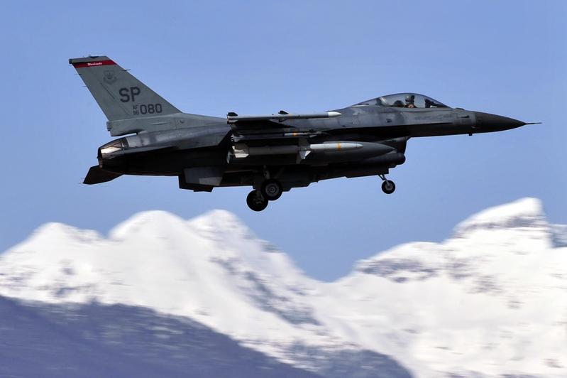 F-16戰機加州高速上方低空飛掠 影片曝光