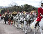英國女王伊麗莎白二世與愛爾蘭總統希金斯,乘坐皇家馬車前往溫莎城堡。(Alastair Grant/AFP)