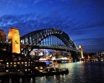 澳大利亞悉尼被「MNN」網站評選為全球終年四季如春的城市之一。圖為夜幕下的悉尼港。(Greg WOOD/AFP)