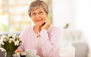 老年女性骨質疏鬆的發生率是同齡男性的6至7倍, 需及早預防。(Fotolia)