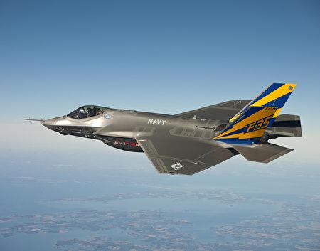 7月31日(周五),美国海军陆战队发表声明说,洛克希德‧马丁公司开发的F-35战斗机已经具备了美军认可的初始作战能力,将投入美军服役。图为F-35C在2011年测试时试飞的照片。(U.S. Navy photo courtesy Lockheed Martin via Getty Images)