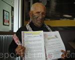 Amato酋長在中、英文版的《刑事控告書》上簽署名字並加蓋印章。(溫迪/大紀元)