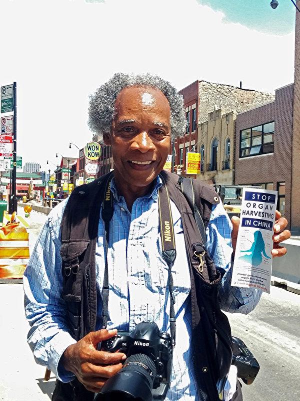 曾获普利策奖的芝加哥摄影记者约翰∙怀特赞美法轮功学员展现的自律。(温文清/大纪元)