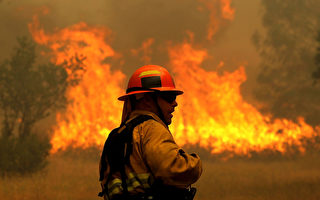 史上罕见 加州野火烧13万英亩土地 万人撤离