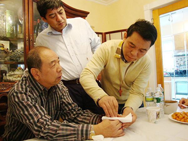 2009年,元鍾哲醫師(右)從上海著名針灸師尤益人先生(左),現場學習扎針。(圖片由元鍾哲提供)