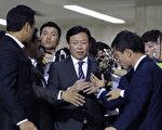 韓國樂天集團會長辛東彬3日下午從日本抵達首爾金浦機場,受到傳媒追訪。 (Photo by Chung Sung-Jun/Getty Images)