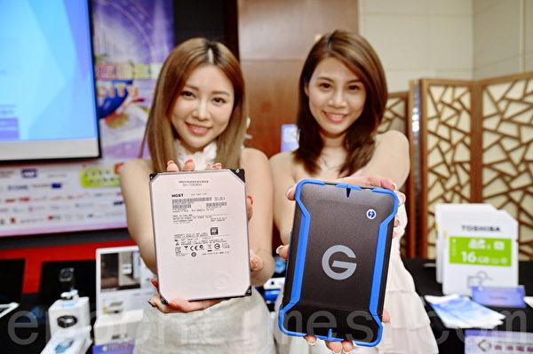 第12屆「香港電腦通訊節」將於8月21至24日在灣仔會展中心舉行,各家廠商紛紛推出新產品。圖為2015年8月6日,某商家在會前展示即將販售的一款專利硬碟。(宋祥龍/大紀元)