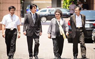 高雄市长陈菊(右2)及台南市长赖清德(左2)6日出席行政院院会提案,盼中央动用预备金支应加印旧课纲经费。(陈柏州/大纪元)