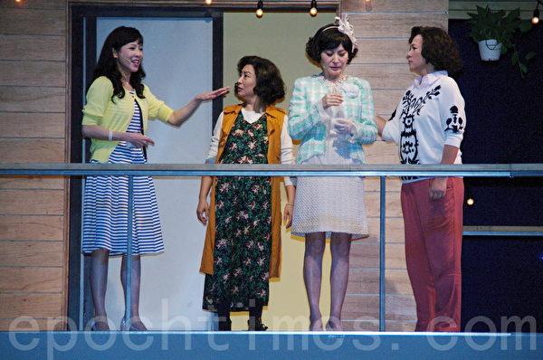 舞台剧《同学会》于2015年8月7日在台北举行首演彩排暨宣布加演记者会。 图左起为萧艾、杨丽音、方芳芳、王琄。(黄宗茂/大纪元)